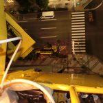 中央区日本橋で袖看板の文字シートはがし作業