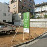 世田谷区代沢:ビル建設予定地の野立て看板設置