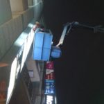 新宿駅南口近く:ボードゲームカフェの看板シート貼り替え(高所)