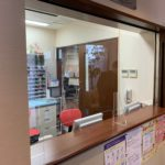 台東区三ノ輪:クリニックの受付窓口に飛沫防止の透明アクリルパーティション設置